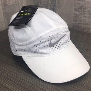 Nike Aerobill Lightweight TailWind cap white/silve